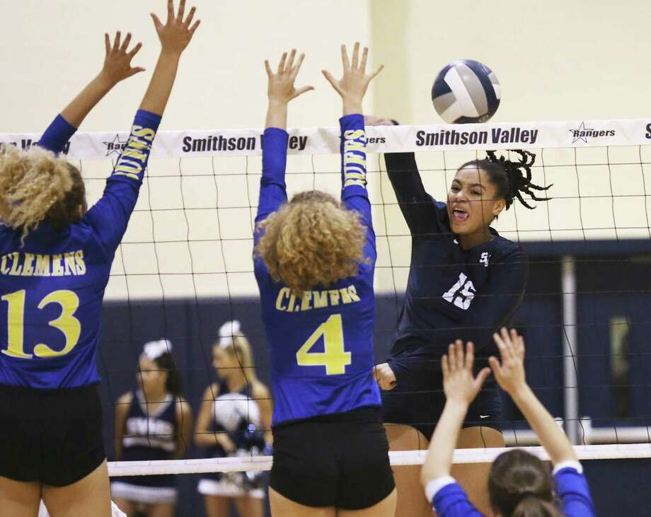 The Rangers' Tanyse Moehrig slips a shot by Kaiden Kirby (13) and Mackenzie Miller as Smithson Valley hosts Clemens in volleyball on September 19, 2017. Photo: Tom Reel, Staff / San Antonio Express-News / 2017 SAN ANTONIO EXPRESS-NEWS