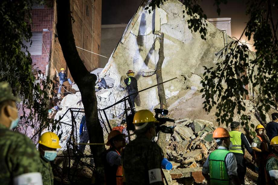 Rescue workers and volunteers search for survivors in the rubble of a building on  Amsterdam Avenue late into the night in the Condesa neighborhood of Mexico City, Sept. 19, 2017. A powerful earthquake struck Mexico Tuesday afternoon, toppling buildings, rattling the capital and sending people flooding into the streets for the second time in just two weeks. Early Wednesday, Mexican officials said on Twitter that at least 216 people had been killed. (Adriana Zehbrauskas/The New York Times) Photo: ADRIANA ZEHBRAUSKAS, NYT