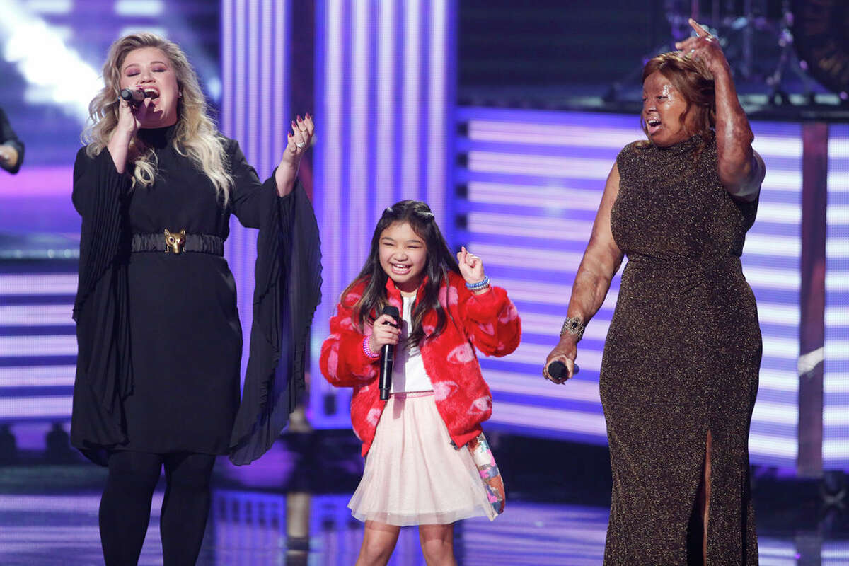 Kechi performs with Kelly Clarkson and contestant Angelica Hale on the 'America's Got Talent' finale.