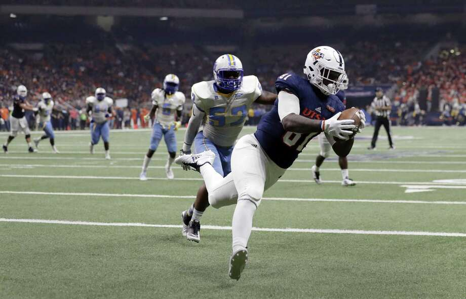 UTSA tight end Shaq Williams (81) pulls in a catch for a touchdown past Southern defender Calvin Lunkins (52) during the first half on Sept. 16, 2017, in San Antonio. Photo: Eric Gay /Associated Press / Copyright 2017 The Associated Press. All rights reserved.