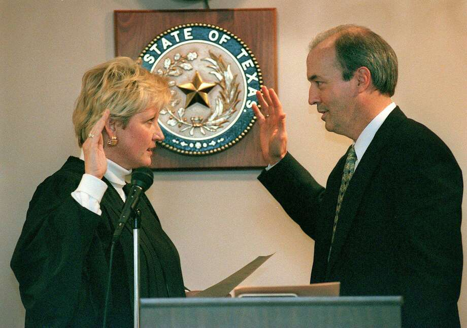 Susan Reed went from judge to district attorney, but lost re-election in 2014 to Nico LaHood. Now, she has been appointed to preside over a capital case that will be prosecuted by LaHood's office. Here, then-Judge Reed adminsters the oath of office to Judge Patrick Boone. Photo: Express-News File Photo / SAN ANTONIO EXPRESS-NEWS