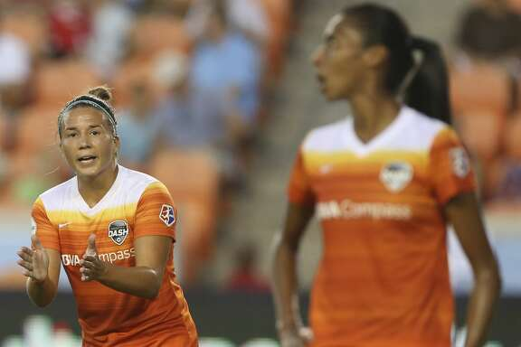 Houston Dash midfielder Amber Brooks (12) talks to her teammates during the first half of the game at BBVA Compass Stadium Sunday, Aug. 13, 2017, in Houston. ( Yi-Chin Lee / Houston Chronicle )