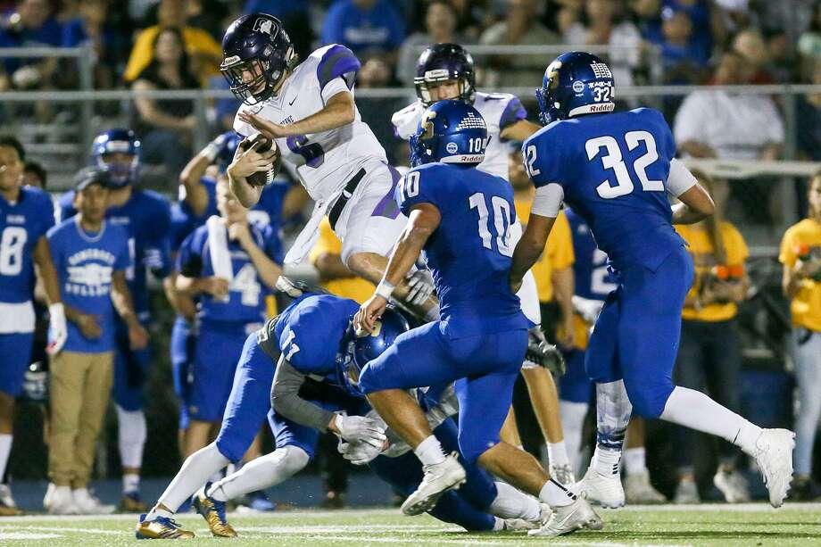 Boerne's Brooks Klutts (top left) leaps into the air during the second half of their non-district football game with Somerset at Bulldog Stadium on Friday, Sept. 22, 2017. Boerne beat Somerset 35-30. Photo: Marvin Pfeiffer /San Antonio Express-News / Express-News 2017
