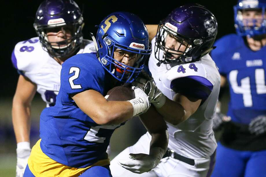 Boerne's Kade Hunter (right) tries to bring down Somerset's Roger Villegas during the first half. Photo: Marvin Pfeiffer / San Antonio Express-News / Express-News 2017