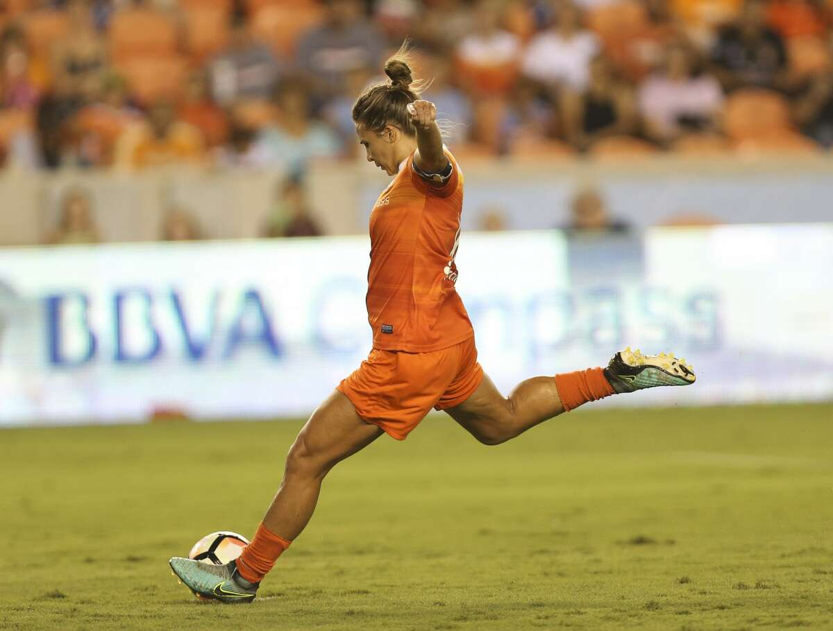 Houston Dash midfielder Amber Brooks (12) performs a penalty kick and score for the Dash during the first half of the game at BBVA Compass Stadium Saturday, Sept. 23, 2017, in Houston. ( Yi-Chin Lee / Houston Chronicle )