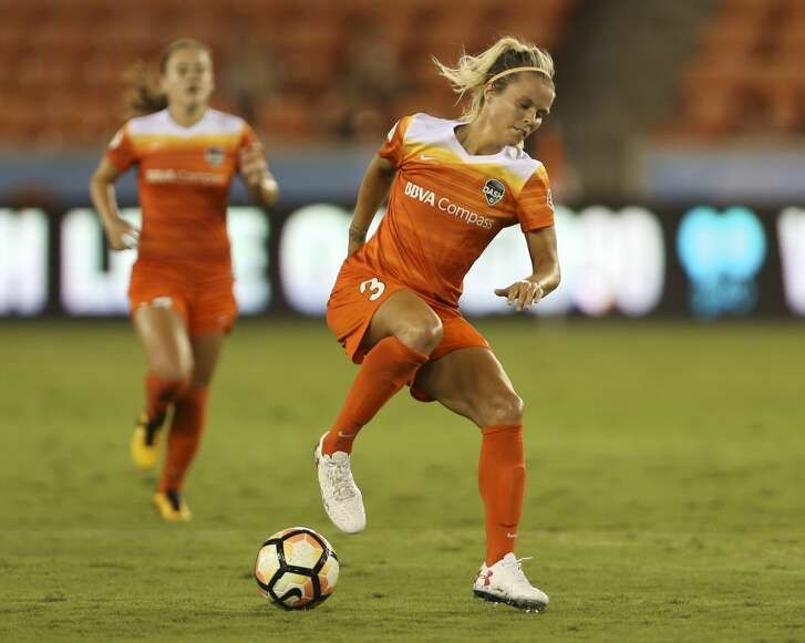 Houston Dash forward Rachel Daly (3) passes the ball to her teammates with the back of her foot during the second half of the game at BBVA Compass Stadium Saturday, Sept. 23, 2017, in Houston. ( Yi-Chin Lee / Houston Chronicle )