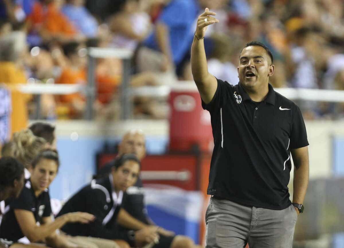 Houston Dash head coach Omar Morales (hc) during the second half of the game at BBVA Compass Stadium Saturday, Sept. 23, 2017, in Houston. ( Yi-Chin Lee / Houston Chronicle )