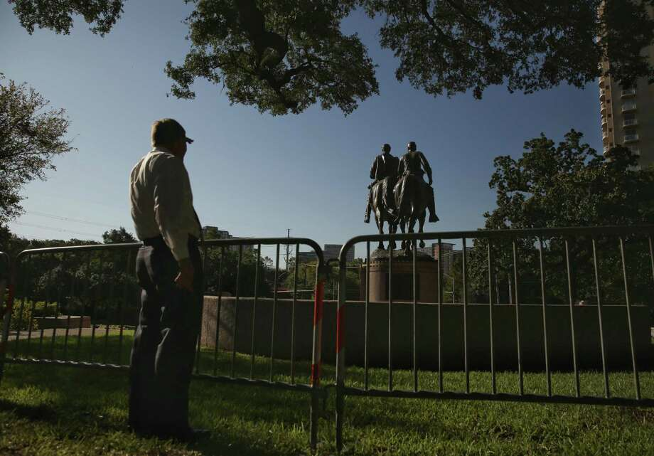 A man stops to view the statue of Confederate general Robert E. Lee in Robert E. Lee Park in Dallas on Thursday, Sept. 7, 2017. (Andy Jacobsohn/Dallas Morning News/TNS) Photo: Andy Jacobsohn / TNS / Dallas Morning News