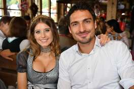 Bayern Munich's German defender Mats Hummels and his wife Cathy pose during the traditional visit of FC Bayern Munich to the Oktoberfest beer festival in Munich, southern Germany, on September 23, 2017. / AFP PHOTO / POOL / Alexandra BeierALEXANDRA BEIER/AFP/Getty Images