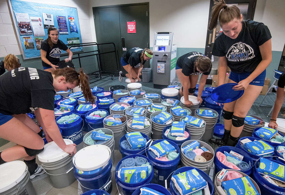 The Eastern Mennonite University volleyball team in Harrisonburg, Va. packs buckets with relief kits bound for Puerto Rico. Photo: Daniel Lin, MBI / Daily News-Record