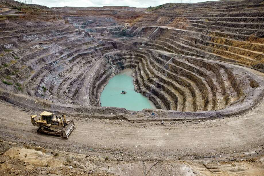 The T17 mine is run by KML, a subsidiary of Glencore in Kolwezi. Between August, 2010, and February, 2011, more than 10,000 artisan miners were chased away from the sites when the company took over the area. Photo: Gwenn Dubourthoumieu / ONLINE_YES
