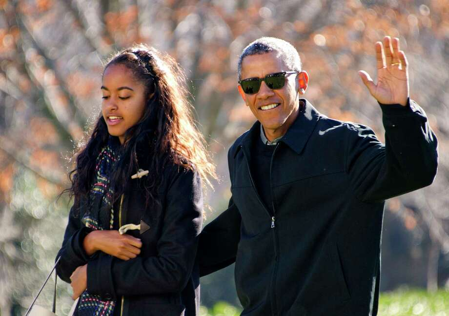 WASHINGTON, DC - JANUARY 3: (AFP OUT) U.S. President Barack Obama waves to the assembled press as he walks with his daughter Malia on his family's return to the South Lawn of the White House January 3, 2016 in Washington, DC. Photo: Pool / Independent Still Pool photo ©2016 Ron Sachs from Consolidated News Photos All Rights Reserved