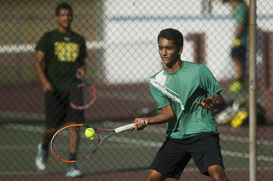 Dow's Anish Middha, their number one singles player, plays a match against Midland's Brandon Johnson during a meet Thursday, Sept. 28, 2017 at Midland High School. (Katy Kildee/kkildee@mdn.net) Photo: (Katy Kildee/kkildee@mdn.net)