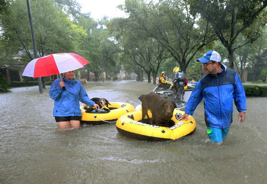 Residents are evacuated from their homes near Crossroads and Walkwood drives during Hurricane Harvey Monday, Aug. 28, 2017, in Houston. ( Godofredo A. Vasquez / Houston Chronicle ) Photo: Godofredo A. Vasquez/Houston Chronicle