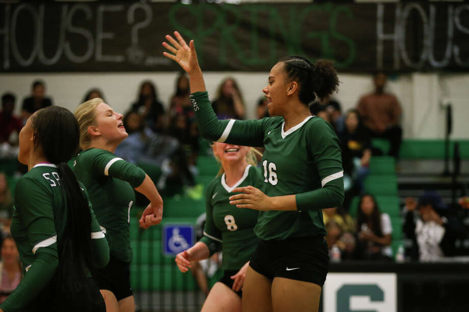 Spring's Travel Morris (16) celebrates with teammates during the varsity volleyball game against Conroe on Tuesday, Aug. 22, 2017, at Spring High School. (Michael Minasi / Chronicle) Photo: Michael Minasi, Staff Photographer / Internal