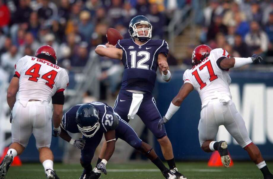 UConn quarterback Cody Endres passes the ball during their contest against Rutgers Saturday Oct. 31, 2009 at Rentschler Field. Photo: Autumn Driscoll / Connecticut Post