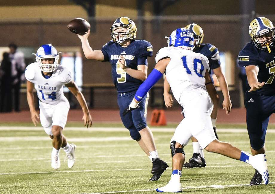 Jose Rodriguez completed 11 of 14 passes for 185 yards and a touchdown Friday in Alexander's 35-24 loss at Southwest. Photo: Danny Zaragoza /Laredo Morning Times File