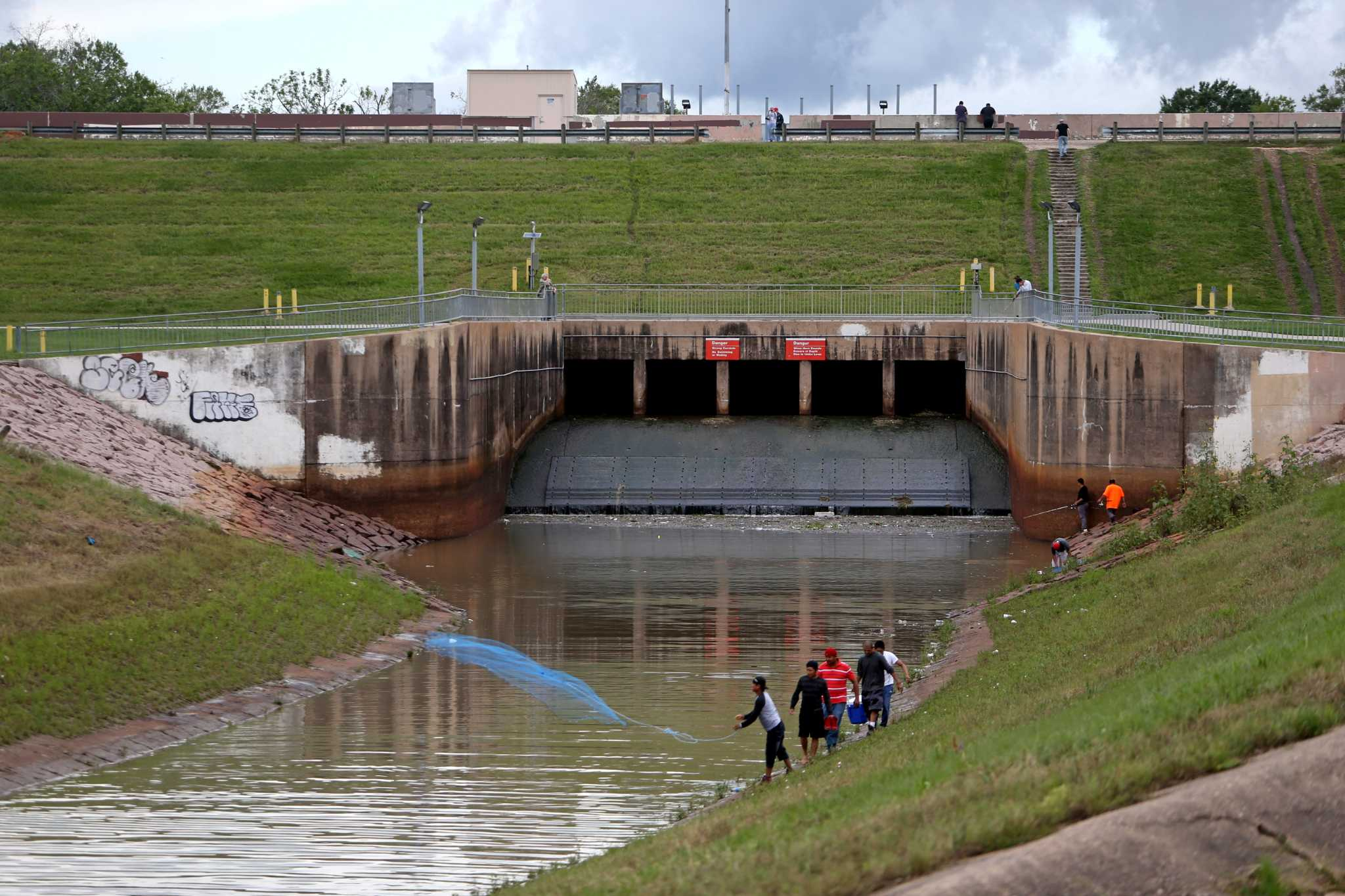 Lake Conroe Dams Releases Cause Flood Of Lawsuits Houston Chronicle Hurricane Boat 201 Wiring Diagrams A Man Throws Net Into Buffalo Bayou With The Barker Dam And Reservoir In