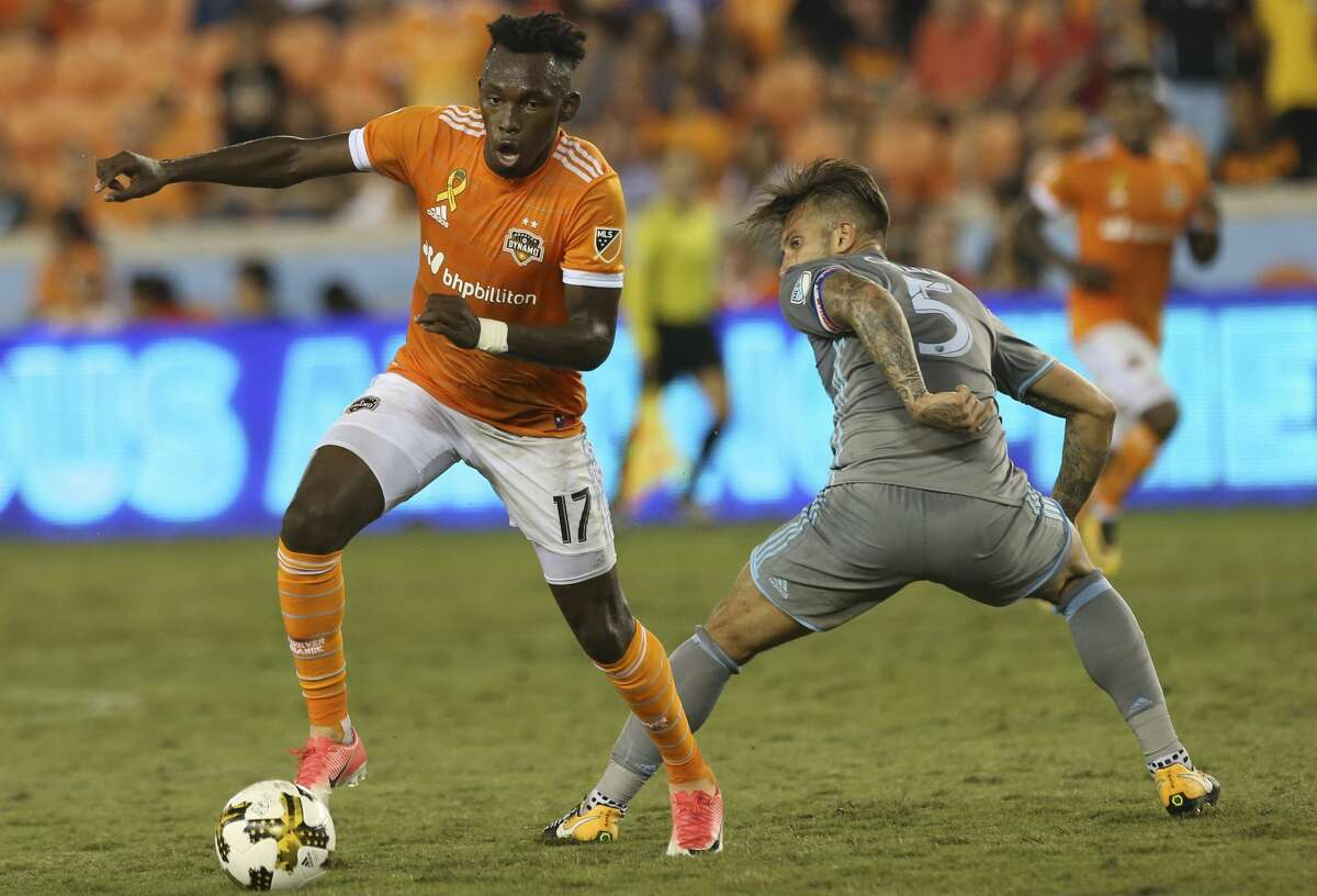 Houston Dynamo forward Alberth Elis (17) dribbles around Minnesota United defender Francisco Calvo (5) during the second half of a Major League Soccer game at BBVA Compass Stadiuym Saturday, Sept. 30, 2017, in Houston. Houston Dynamo defeated Minnesota United 2-1. ( Yi-Chin Lee / Houston Chronicle )