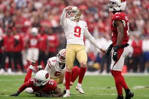 GLENDALE, AZ - OCTOBER 01: Kicker Robbie Gould #9 of the San Francisco 49ers kicks a field goal during the first quarter of the NFL game against the Arizona Cardinals at the University of Phoenix Stadium on October 1, 2017 in Glendale, Arizona.  (Photo by Christian Petersen/Getty Images)