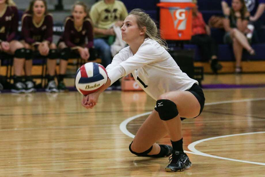 Magnolia West's Delyana Mills (1) digs the ball during the varsity volleyball game against Willis on Tuesday, Sept. 19, 2017, at Willis High School. (Michael Minasi / Chronicle) Photo: Michael Minasi, Staff Photographer / © 2017 Houston Chronicle