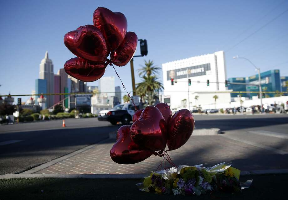 Balloons and flowers are left on the Las Vegas Strip near the site of the Route 91 Harvest Festival, where a deadly shooting left at least 59 people dead and more than 500 injured, Oct. 2, 2017. Photo: ISAAC BREKKEN, NYT