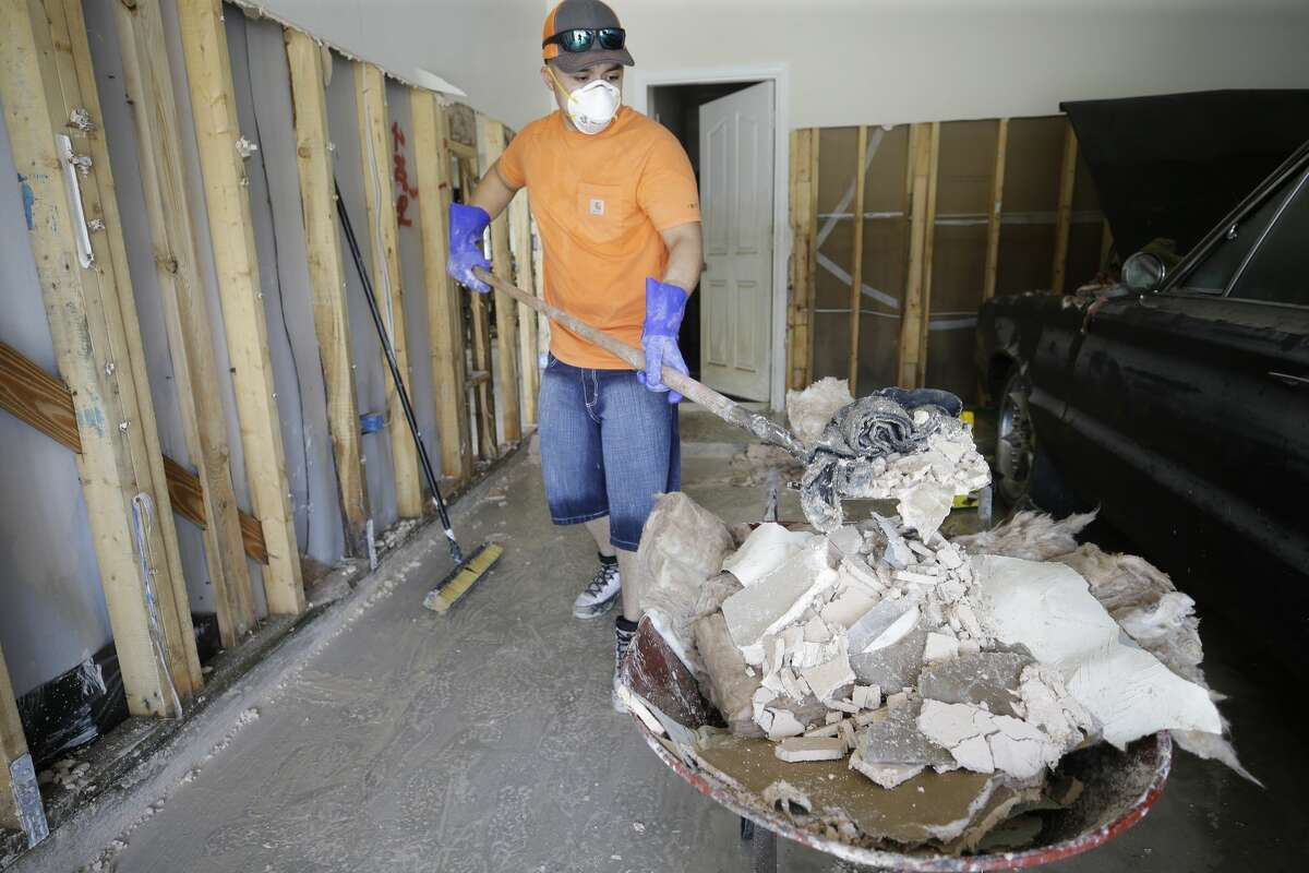 Lots of allergens get released during Harvey clean-up efforts. Doctors are now seeing an increase in patients suffering such respiratory reactions. ( Melissa Phillip / Houston Chronicle )