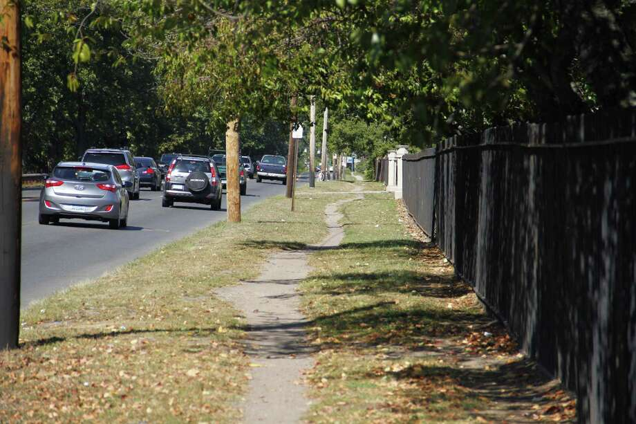 "A ""desire line"" showing a path frequented by pedestrians alongside Ella Grasso Boulevard on Tuesday, Oct. 3, in New Haven. The City is applying for a state grant to install a sidewalk to improve pedestrian access. Photo: Esteban L. Hernandez / Hearst Connecticut Media /"