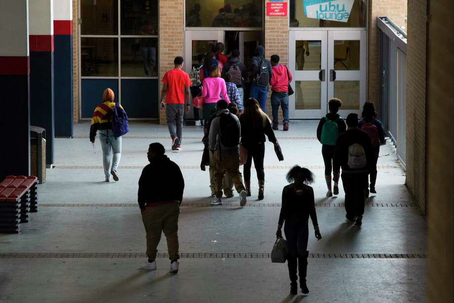 Students of Kashmere High School walk the school as they exchange classrooms, Friday, March 6, 2015, in Houston. Kashmere High School, is one of the schools in HISD Superintendent Terry Grier's Apollo reform program. ( Marie D. De Jesus / Houston Chronicle ) Photo: Marie D. De Jesus, Staff / © 2015 Houston Chronicle