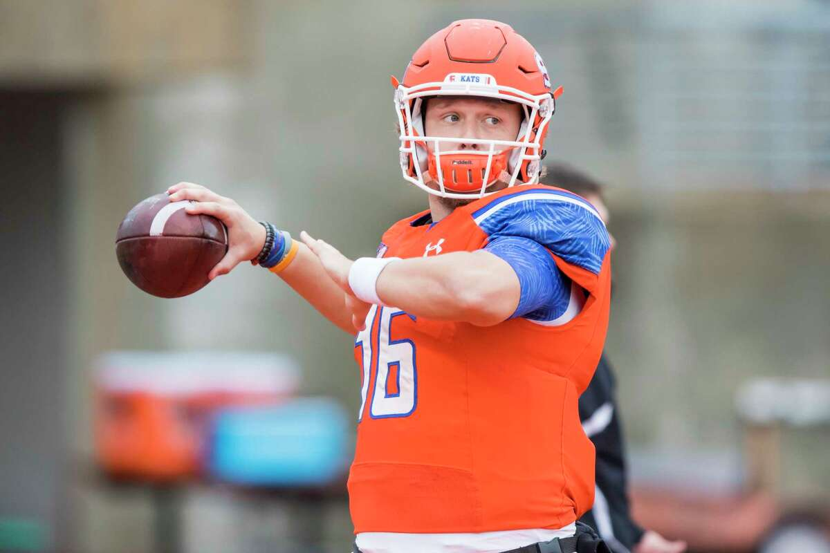 Sam Houston State quarterback Jeremiah Briscoe (16) participates in position warm-ups before a NCAA Division I Football Championship Subdivision playoff football game at Bowers Stadium on Saturday, December 3, 2016, in Huntsville, Tx. (Joe Buvid / For the Houston Chronicle)