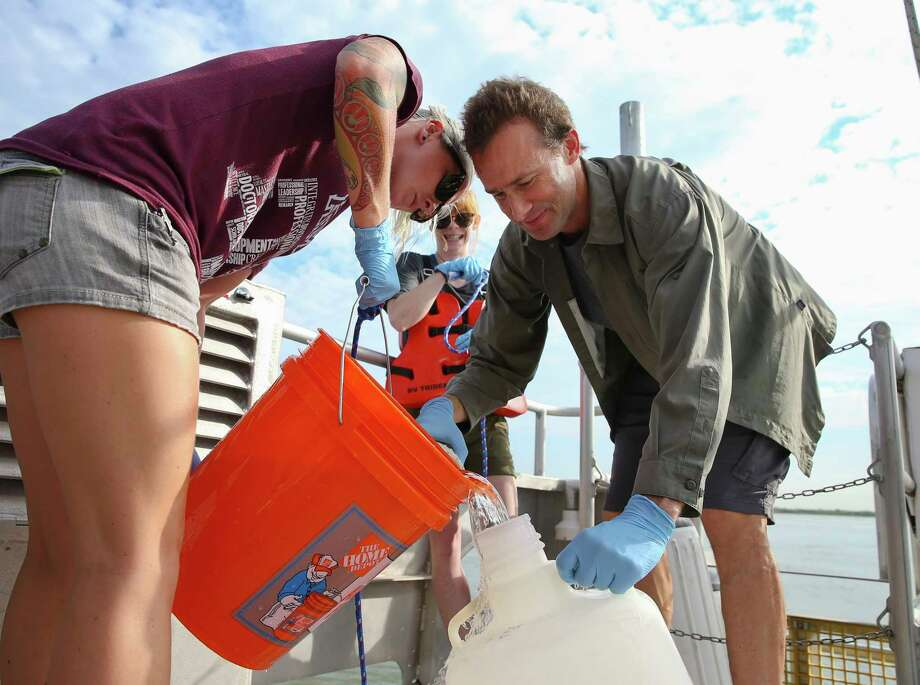 Karl Kaiser and students Amanda Fay, left, and Laura Leonard collect water along the Ship Channel. Photo: Yi-Chin Lee, Houston Chronicle / © 2017  Houston Chronicle