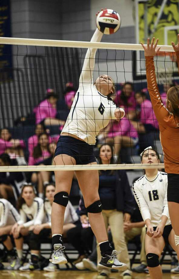 Arin Vallone and Alexander improved to 8-0 in District 29-6A Tuesday with a 3-0 (25-14, 25-20, 25-13) win over Eagle Pass. Photo: Danny Zaragoza /Laredo Morning Times