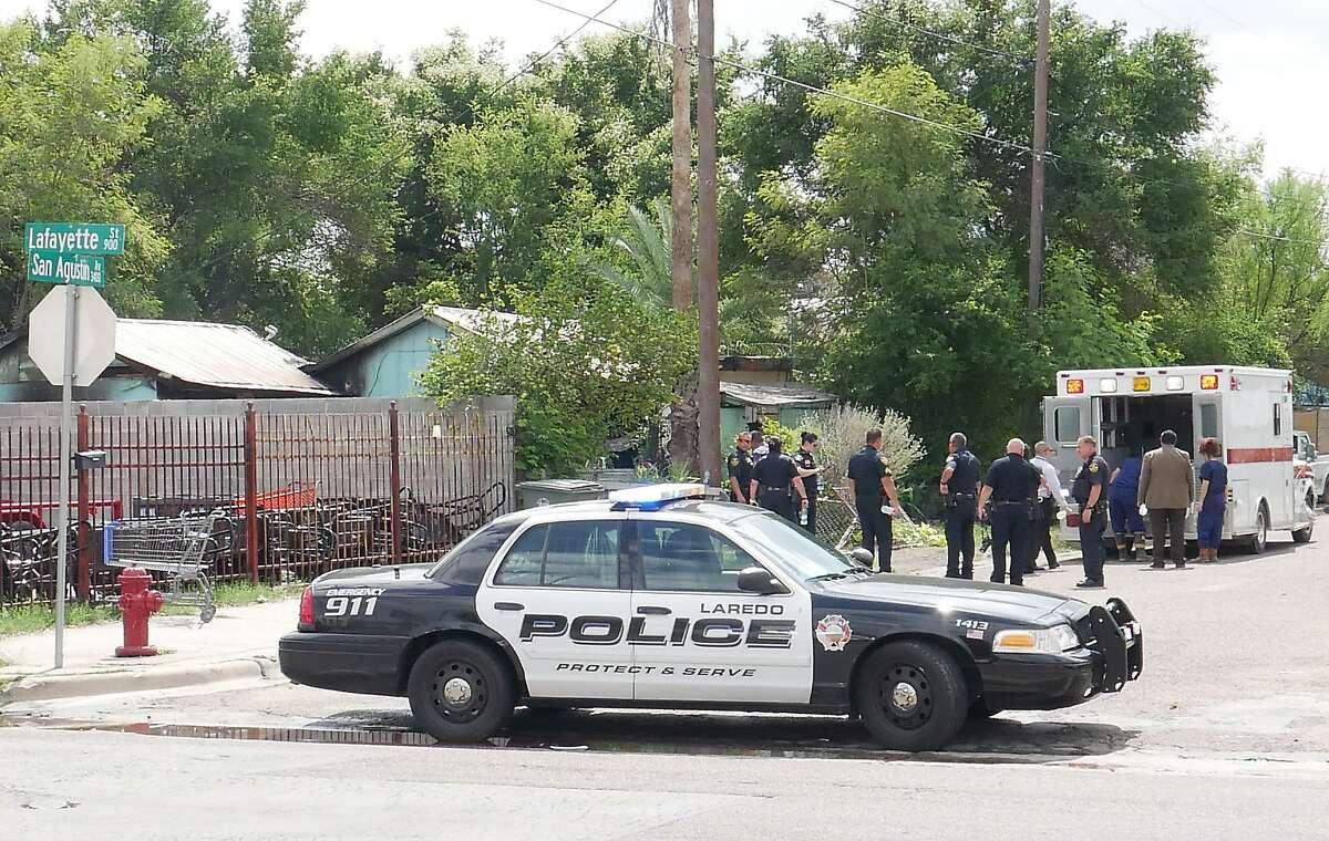 Personal de la Oficina del Forense del Condado de Webb retiran un cuerpo de la escena de una casa en llamas en la cuadra 3400 de la avenida San Agustín el lunes por la mañana.