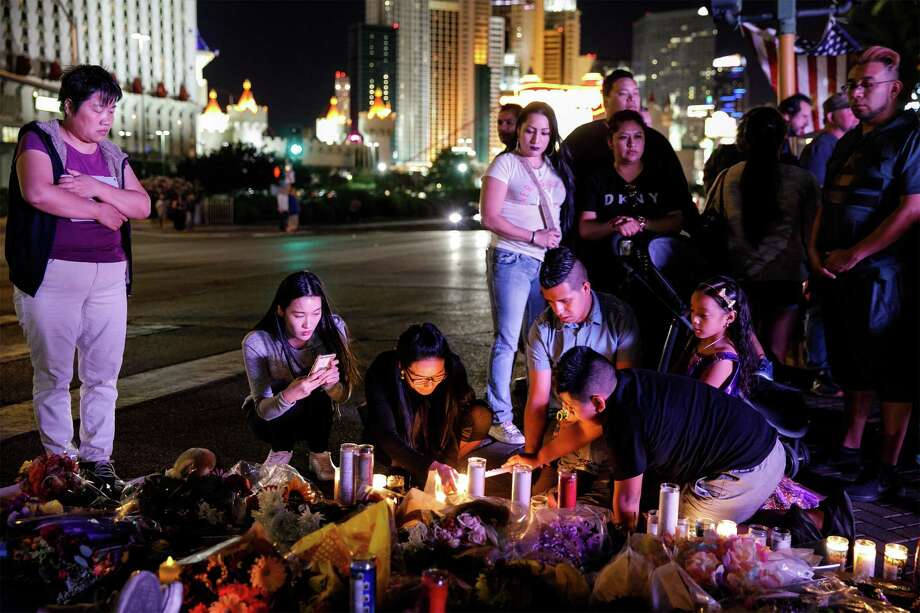 People pay their respects at a makeshift memorial for the victims in Las Vegas. Photo: Marcus Yam, MBR / Los Angeles Times
