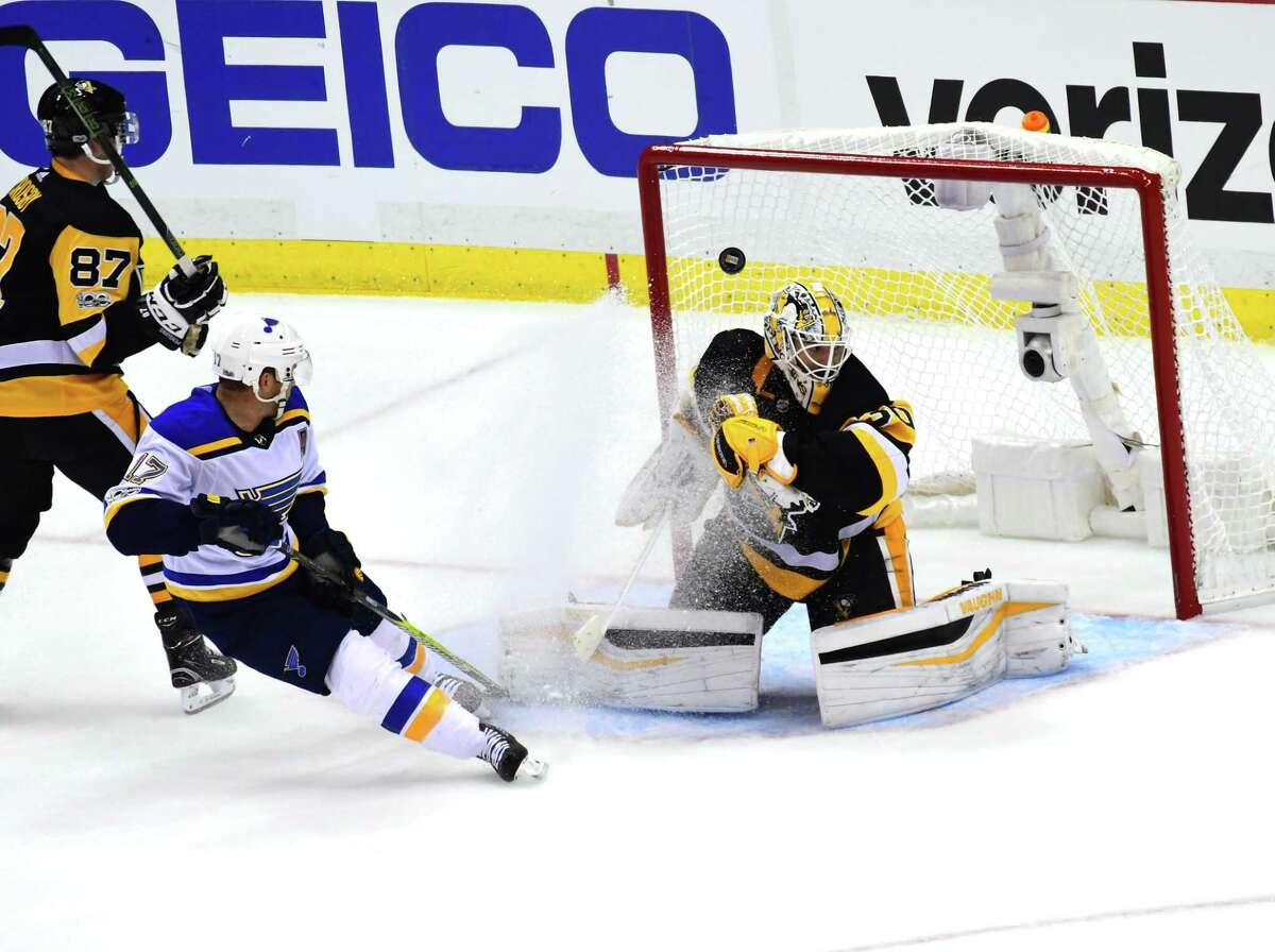 PITTSBURGH, PA - OCTOBER 04: Matt Murray #30 of the Pittsburgh Penguins has the game winning goal in overtime go past him as Jaden Schwartz #17 of the St. Louis Blues looks on at PPG PAINTS Arena on October 4, 2017 in Pittsburgh, Pennsylvania. (Photo by Matt Kincaid/Getty Images) ORG XMIT: 775042025