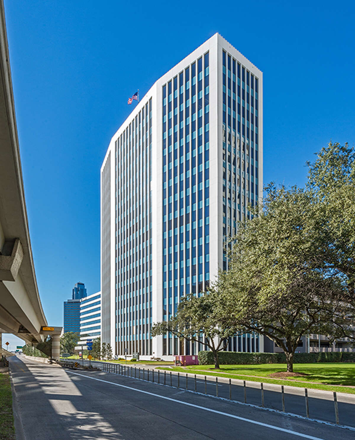 Elite Street Capital has purchased 2100 West Loop South, a 16-story building in the Galleria area.