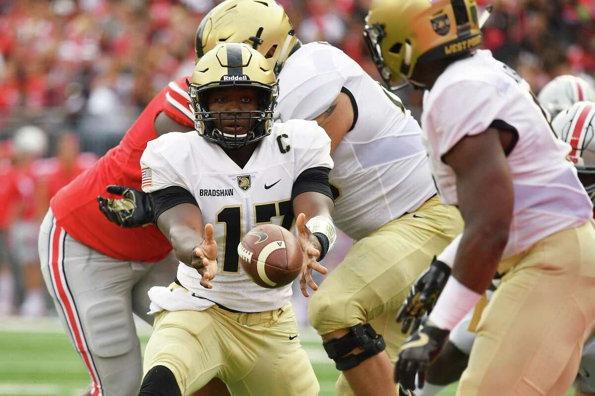 COLUMBUS, OH - SEPTEMBER 16: Ahmad Bradshaw #17 of the Army Golden Knights tosses the ball to a back in the first quarter against the Ohio State Buckeyes at Ohio Stadium on September 16, 2017 in Columbus, Ohio.