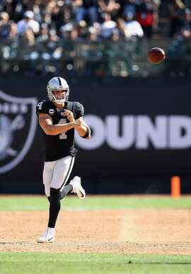 OAKLAND, CA - SEPTEMBER 17:  Derek Carr #4 of the Oakland Raiders passes the ball against the New York Jets at Oakland-Alameda County Coliseum on September 17, 2017 in Oakland, California.  (Photo by Ezra Shaw/Getty Images)