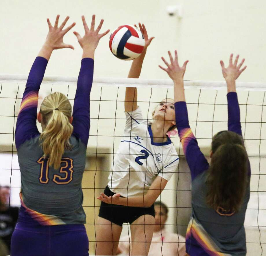 La Vernia's Addison Mulroney (2) gets an opening for a shot against Navarro's Kelly Helms (13) and Allie Benner (5) in girls volleyball in La Vernia on Friday, Oct. 6, 2017. La Vernia won the deciding fifth game for the overall victory. Photo: Kin Man Hui /San Antonio Express-News / ©2017 San Antonio Express-News