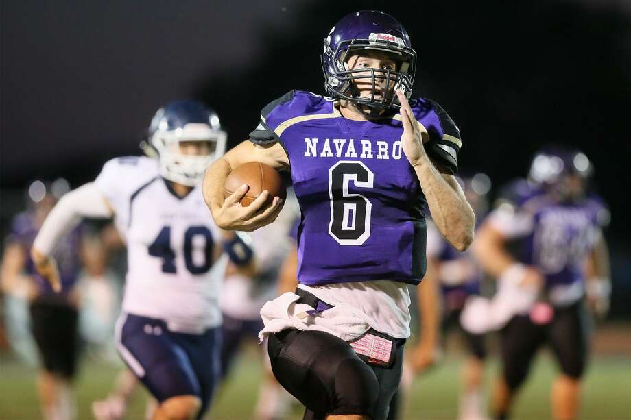Navarro quarterback Will Eveld takes off on a 68-yard touchdown run on the opening play of the game duringtheir non-district football game with Central Catholic at Navarros's Erwin Lee Field on Friday, Oct. 6, 2017.  MARVIN PFEIFFER/mpfeiffer@express-news.net Photo: Marvin Pfeiffer, Staff / San Antonio Express-News / Express-News 2017