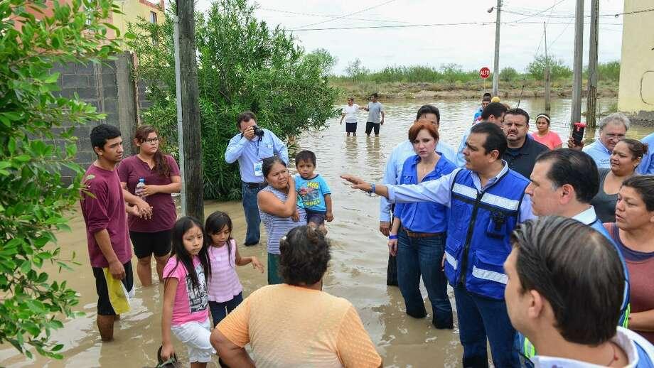 El alcalde de Nuevo Laredo Enrique Rivas realizó un recorrido por las zonas inundadas. Photo: Foto De Cortesía /Gobierno De Nuevo Laredo