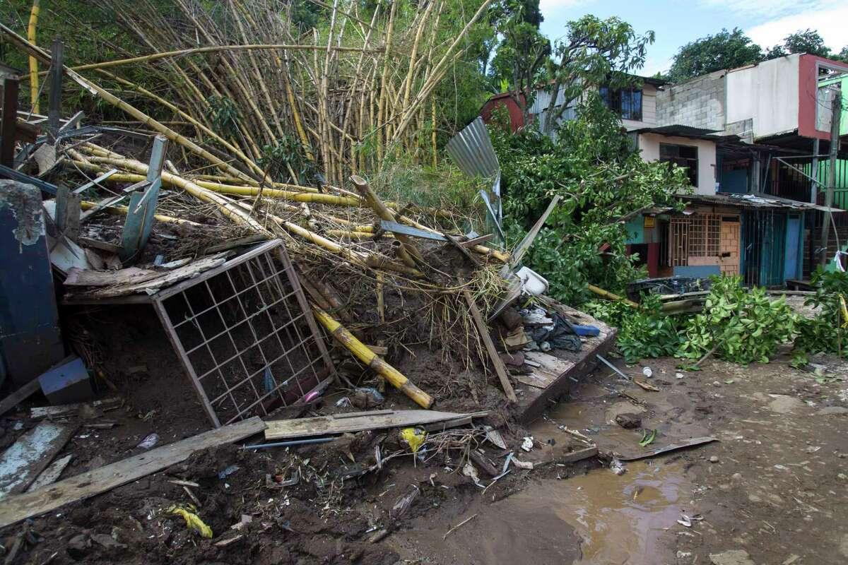 Una pila de escombros a causa de un alud de lodo en las afueras de San José, Costa Rica tras el paso de la entonces tormenta tropical Nate, el viernes 6 de octubre de 2017. (AP Foto/Moisés Castillo)