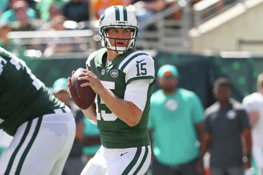 EAST RUTHERFORD, NJ - SEPTEMBER 24:  Josh McCown #15 of the New York Jets attempts a pass against the Miami Dolphins during the first half of an NFL game at MetLife Stadium on September 24, 2017 in East Rutherford, New Jersey.  (Photo by Al Bello/Getty Images) ORG XMIT: 700070634 Photo: Al Bello / 2017 Getty Images