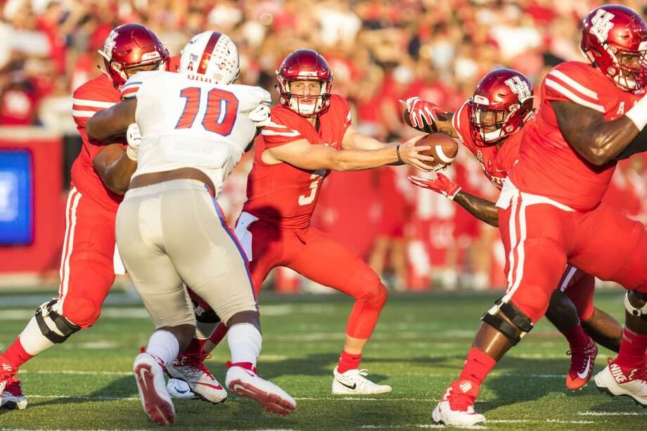 Houston quarterback Kyle Postma (3) hands the ball off to running back Dillion Birden (25) in the first quarter of an NCAA college football game at TDECU Stadium on Saturday, Oct. 7, 2017, in Houston, Texas. (Joe Buvid / For the Houston Chronicle) Photo: Joe Buvid/For The Houston Chronicle