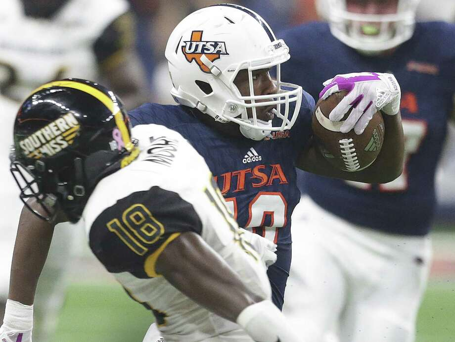 Roadrunnesr wide reeiver Greg Campbell slips by Curtis Mikell as UTSA plays Southern Mississippi at the Alamodome on Oct. 7, 2017. Photo: Tom Reel /San Antonio Express-News / 2017 SAN ANTONIO EXPRESS-NEWS