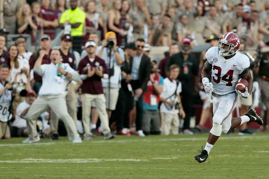 COLLEGE STATION, TX - OCTOBER 07: Damien Harris #34 of the Alabama Crimson Tide runs for a 75 yard touchdown in the first quarter against the Texas A&M Aggies at Kyle Field on October 7, 2017 in College Station, Texas. (Photo by Bob Levey/Getty Images)