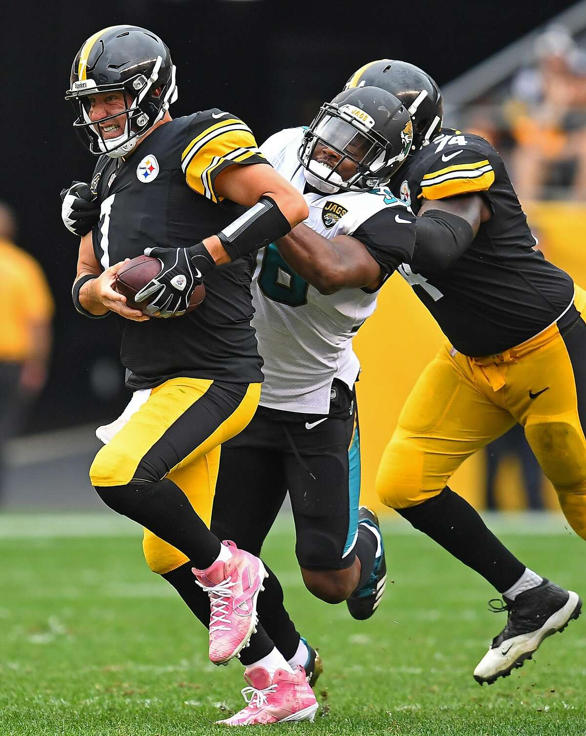 PITTSBURGH, PA - OCTOBER 08: Ben Roethlisberger #7 of the Pittsburgh Steelers is pressured by Dante Fowler #56 of the Jacksonville Jaguars in the second half during the game at Heinz Field on October 8, 2017 in Pittsburgh, Pennsylvania. (Photo by Joe Sargent/Getty Images)