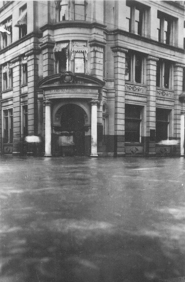 The Alamo National Bank is shown inundated by floodwaters in Sept. 1921. Photo: Courtesy UTSA Special Collections / UTSA Special Collections