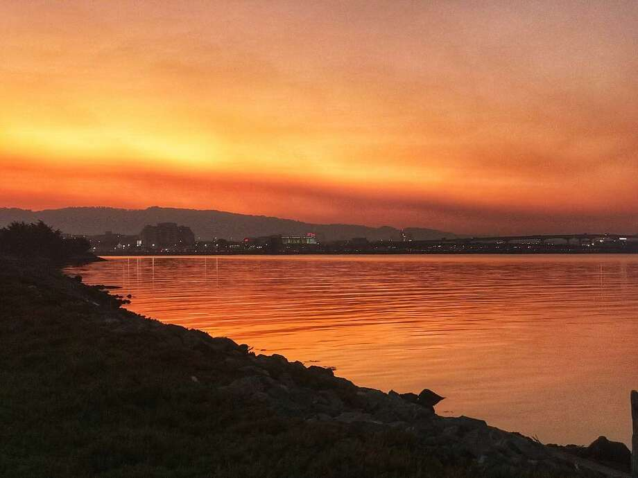 @jayslu photographed the smoke in the air causing an extraordinary color display at dawn in Emeryville on October 9, 2017. Photo: Instagram / Jayslu