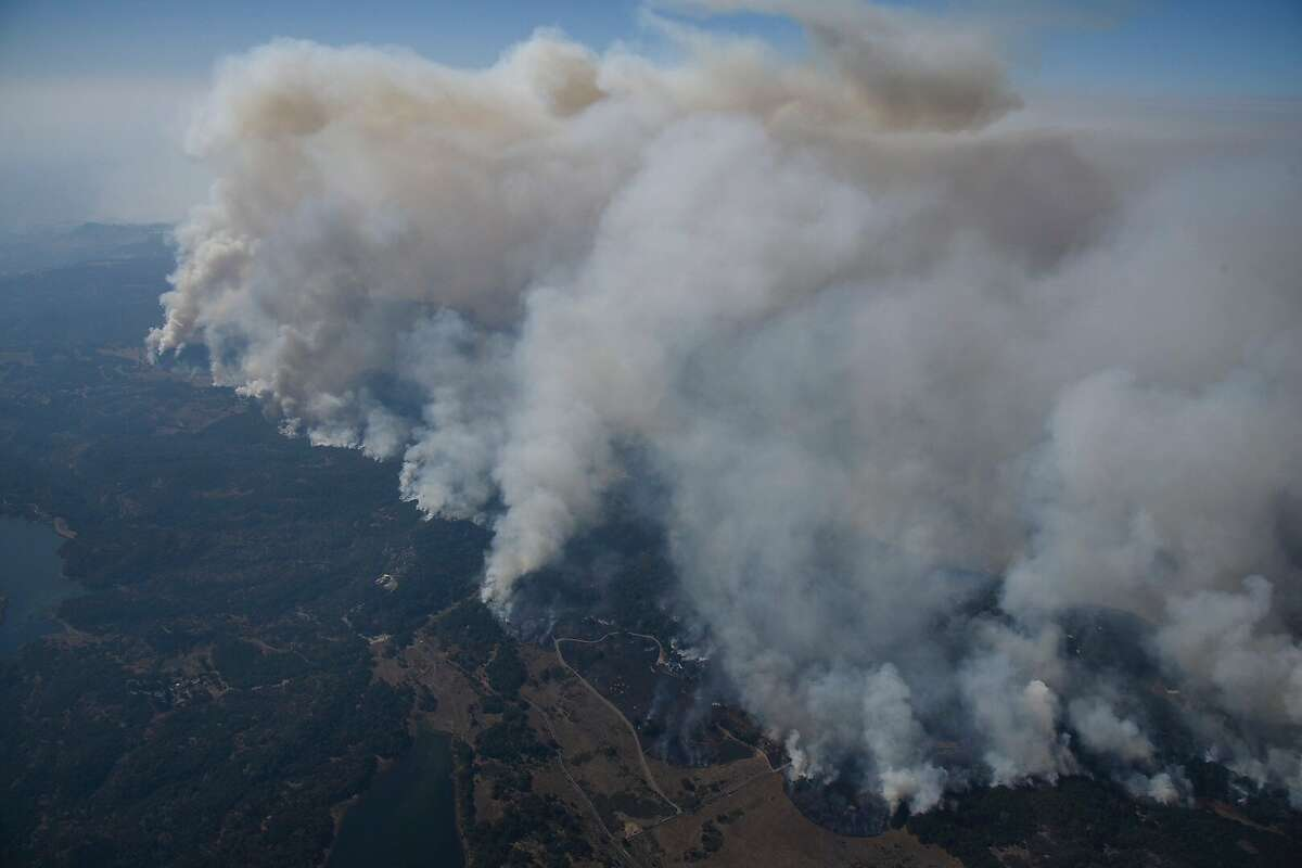 Fires burns in the hills north east of Napa Calif. on Monday, Oct. 9, 2017. Photo: Michael Short / The San Francisco Chronicle